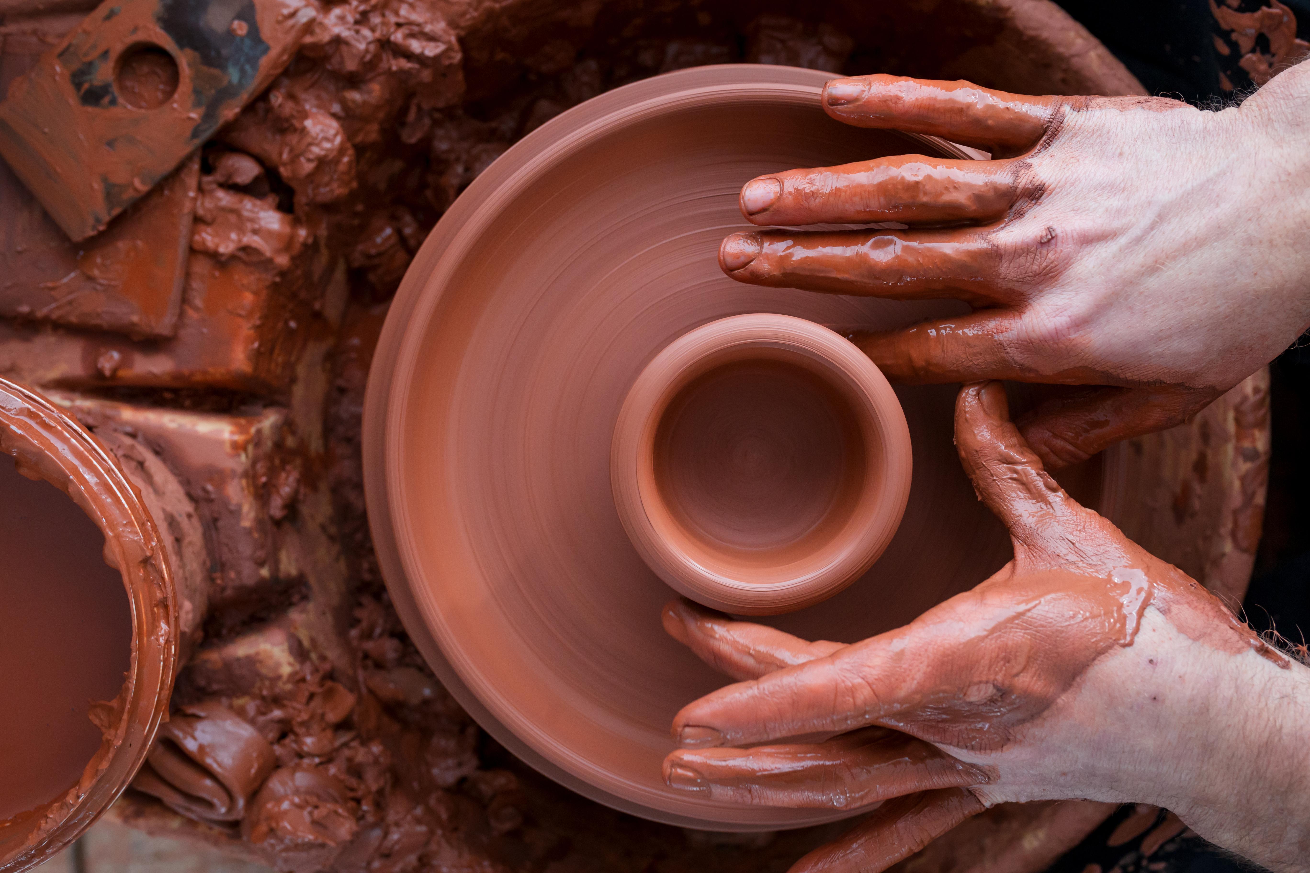 Arti e Mestieri: aperte iscrizioni per laboratori in ceramica, taglio e cucito, cesteria